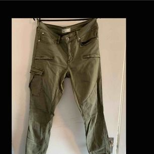 Gröna byxor från Gina Tricot. Endast använda ett par gånger.