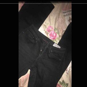 Ett par svarta bootcut jeans från crocker i väldigt fint skick. Köparen står för frakten!☺️