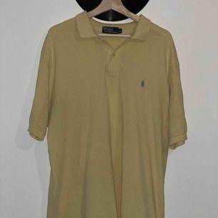 Ordinarie pris 500kr🤩  Jättefin ljusgul vintage Ralph lauren tröja! Ganska lång så går att använda som t-shirtklänning om man vill det! 😇  Säljer pga lite för tajt för min smak! 🥰