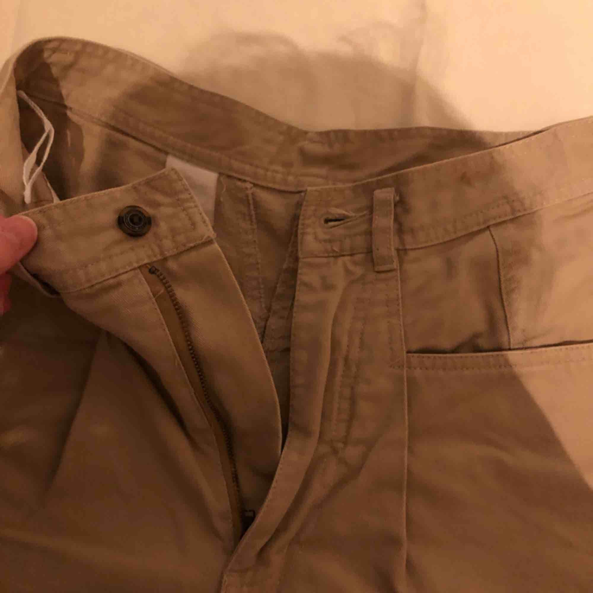 Fantastiska trendiga byxor som också är superbekväma med stora fickor!. Jeans & Byxor.