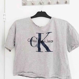 """Snygg t shirt från Calvin Klein med """"utstående text"""", använd ca 5ggr i jättefint skick, nypris 499, frakt tillkommer🌸"""