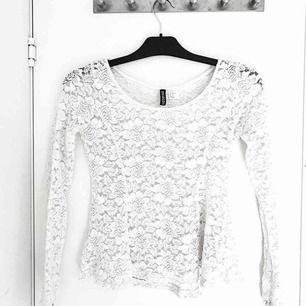 Spets tröja VIT i strl M(små i storleken ÄR VANLIGTVIS EN XS/S)