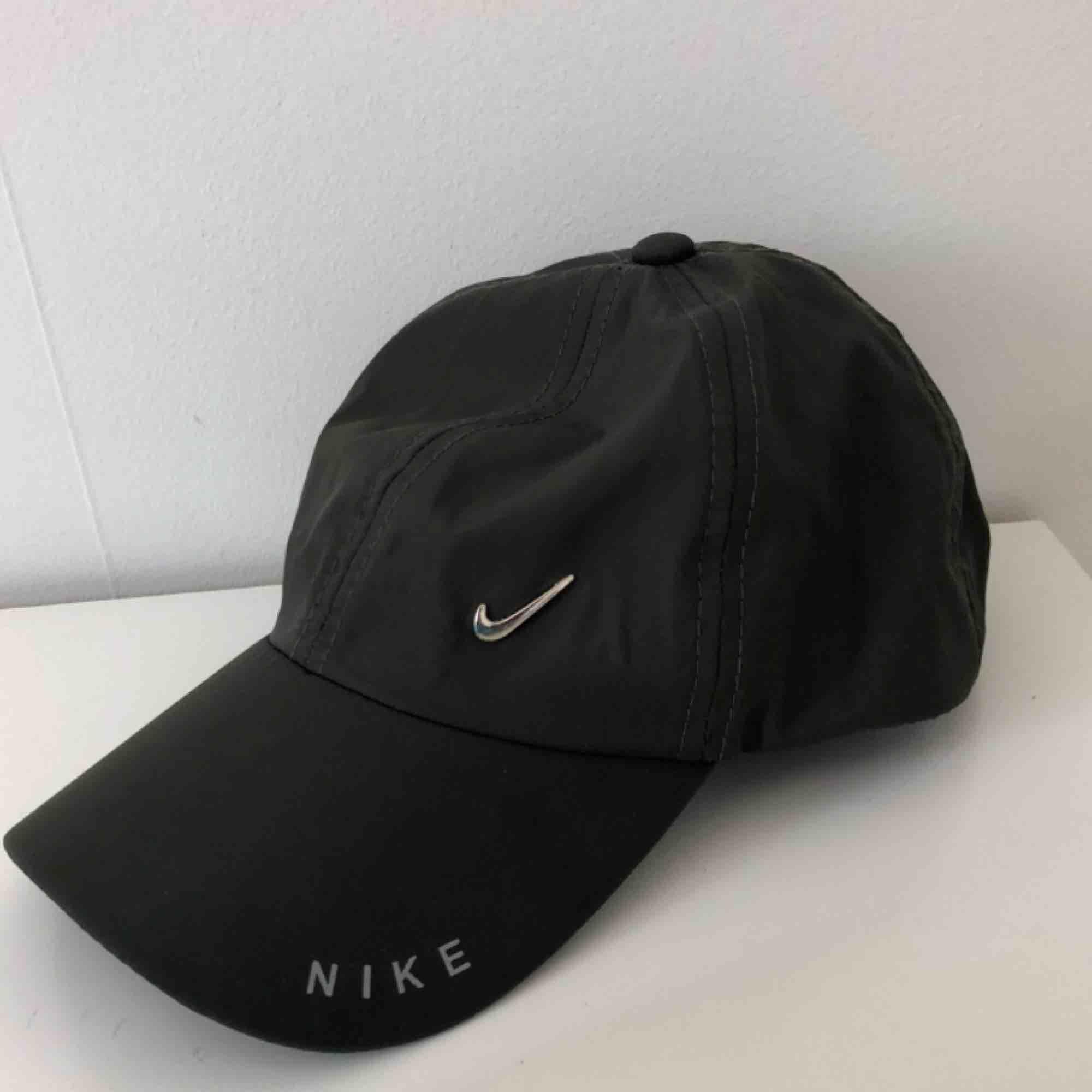 Snyggaste Nike kepsen i tunt material. Justerbar där bak med metall swoosh fram. 10/10 skick, säljer då jag är för dålig på att använda keps men den är för snygg för att bara ligga och damma✨ FRAKT INKLUDERAD. Accessoarer.