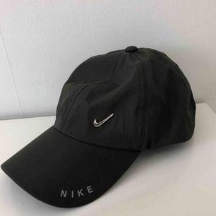 Snyggaste Nike kepsen i tunt material. Justerbar där bak med metall swoosh fram. 10/10 skick, säljer då jag är för dålig på att använda keps men den är för snygg för att bara ligga och damma✨ FRAKT INKLUDERAD