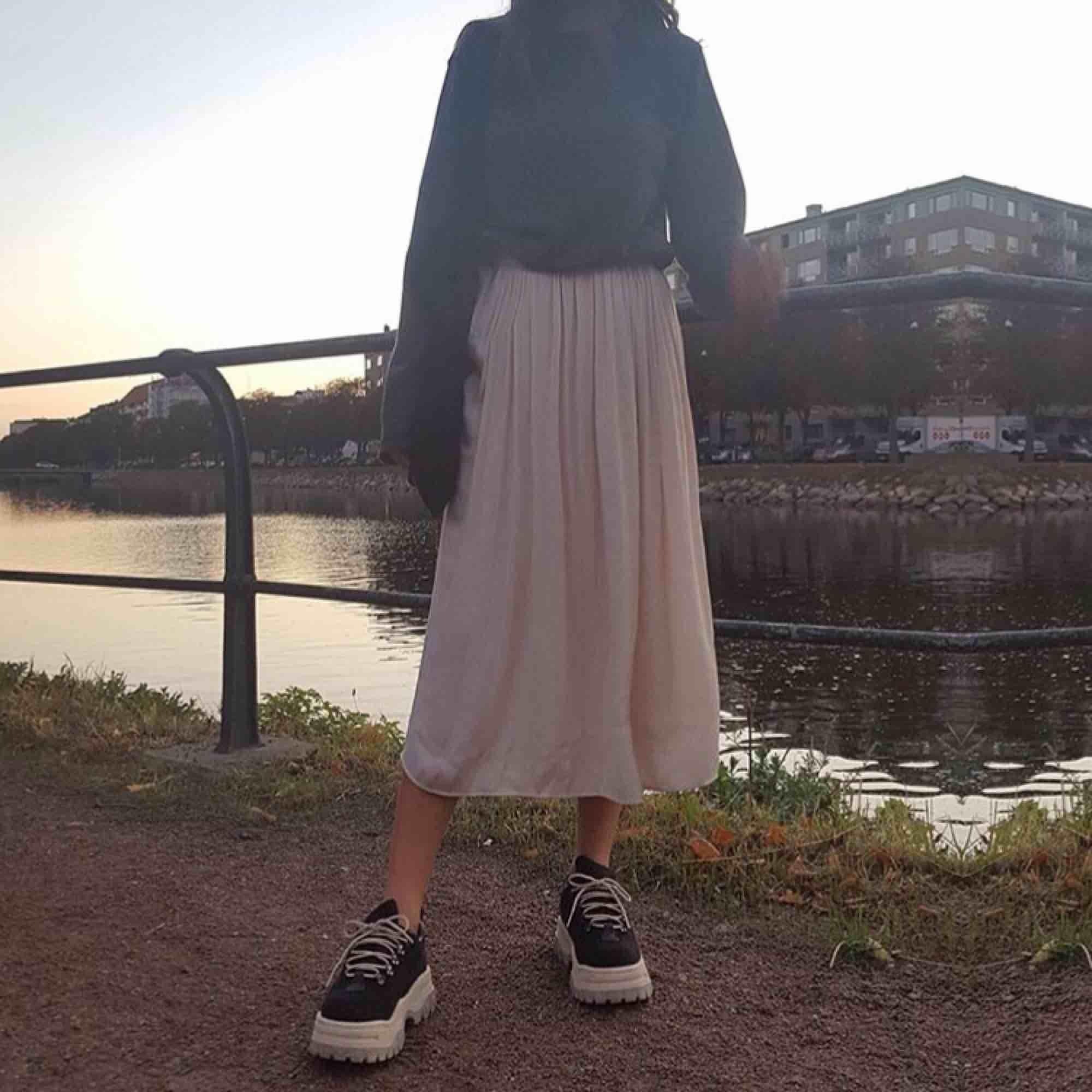 Snygg luftig kjol perfekt till nu våren och sommaren. Äggvit i färgen och har två lager så finns ingen risk för att den är genomskinlig. Hur bekväm och mysig som helst! Lite vidare i midjan än en klassisk medium skulle jag säga✨. Kjolar.