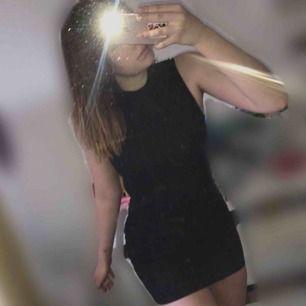 Super fin figursydd klänning i storlek xs/s Har även öppning i ryggen som detalj!💕(helt ny)