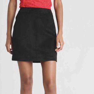 Svart kjol materialet är likt mocka! 😍 super skön och sitter fint på. Nytt skick!