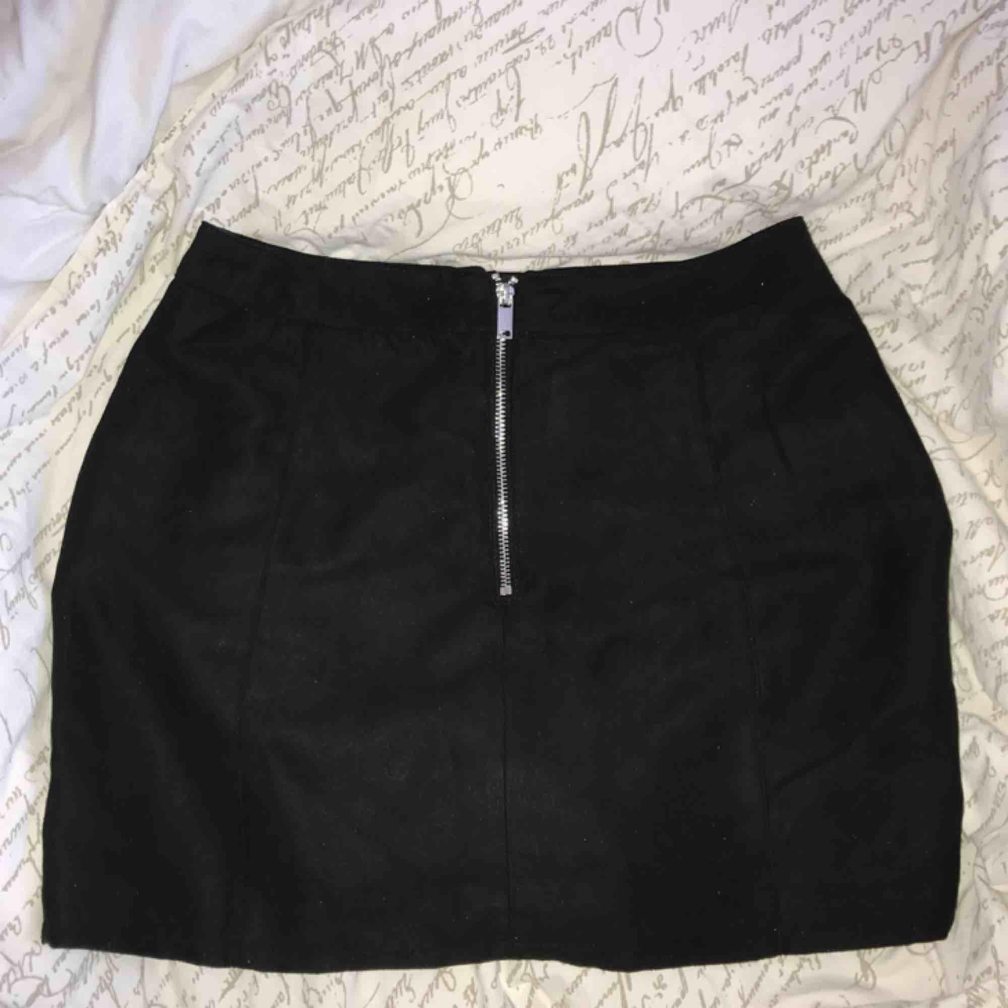 Svart kjol materialet är likt mocka! 😍 super skön och sitter fint på. Nytt skick!. Kjolar.