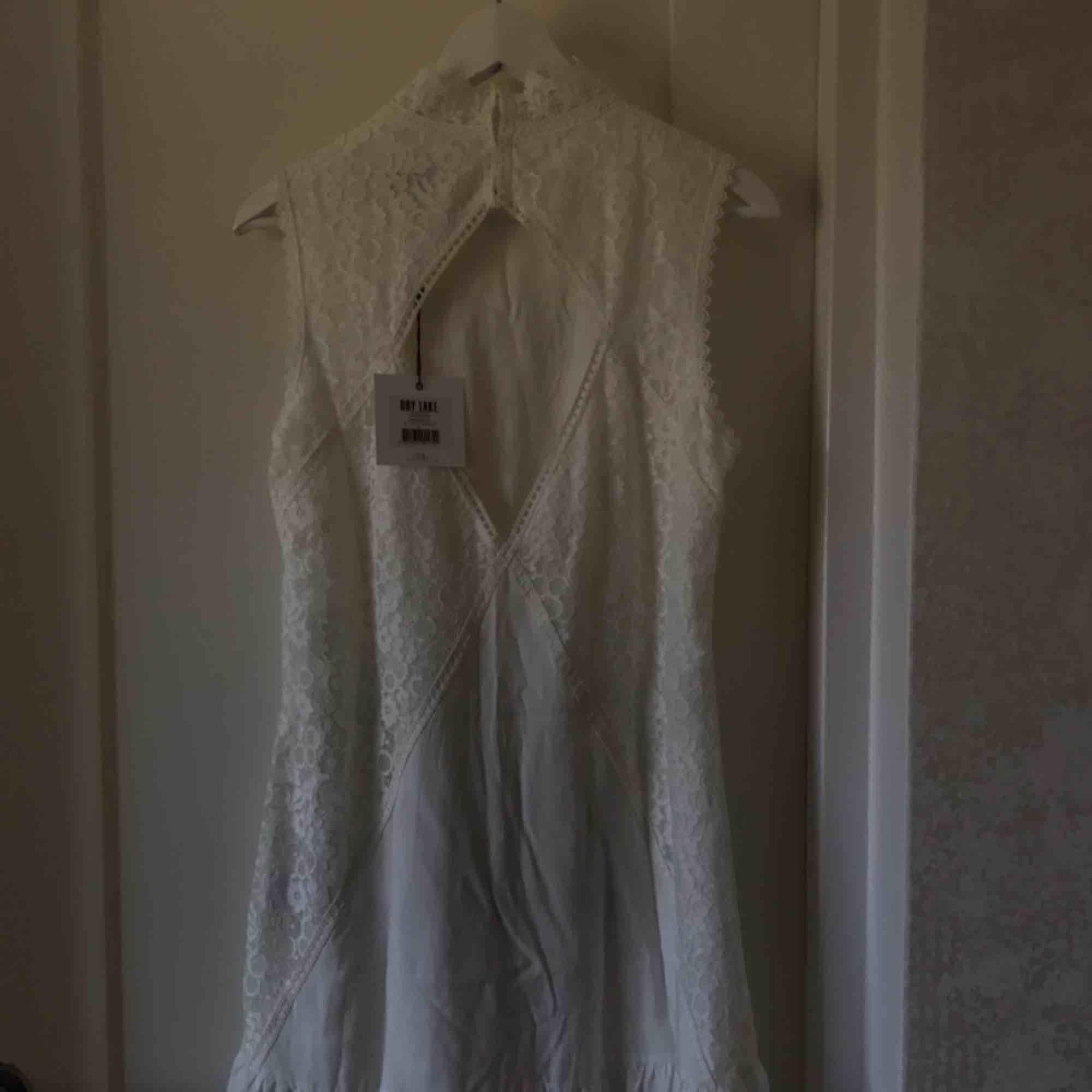 """Klänning från Dry Lake som var tänkt till studentklänning men det blev en annan istället. Oanvänd med prislappen kvar. Passar mig som är en S. Modellen heter """"Jardin Dress"""". Pris går att diskutera!. Klänningar."""