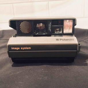 En väldigt gammal polaroidkamera. Detta är ett stycke historia. Fungerar med en speciell typ av film.
