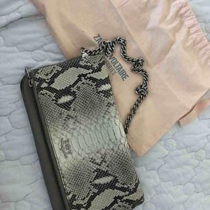 Väska från zadig & voltaire säljer åt en annan som fått den i present men vill sälja den för att köpa en annan färg! Kan tänka mig att gå ner lite i pris då den redan är köpt begagnad men den är inte använd av den som fick presenten.