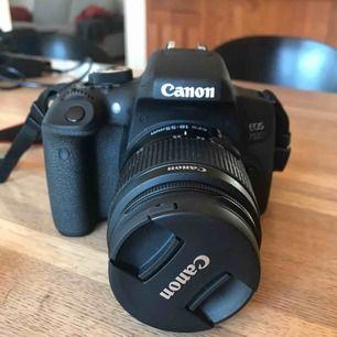 canon eos 750d dslr systemkamera 18-55mm  Köpt för ett år sedan men väldigt sparsamt använd! Nypris för bara kameran 4800kr Med alla tillbehör: ca 6500-7000 Tillbehör 2 batteri Laddare Väska Vidvinkel objektiv: Canon EF-S 24/2,8 STM nypris 1200kr