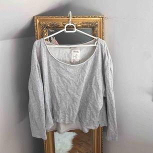 Jätteskön, kort tröja från Westhill Redbird. Strl L men kan passa alla möjliga beroende på hur man vill att den ska sitta! Frakt inräknat i priset 🥰