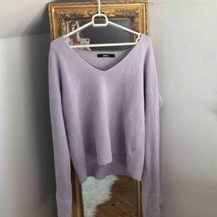 Jättefin tröja med vida armar! Superfin färg ovh superskön! 🖤 Säljer pga att den inte kommer till användning så ofta längre. Frakt 55kr