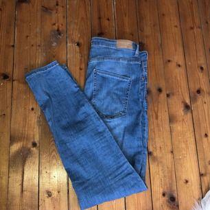 Sjukt snygga Molly högmidjade jeans från Gina. De är använda några gånger och är ganska slitna vid låren, men de är annars i superbra skick! Köpta för 299kr 😊 Frakt 55kr 🖤