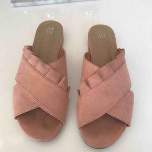 Nuderosa sandaletter med fin volang och liten klack i storlek 39. Köpt förra sommaren för 349kr.  Endast använda 2 gånger och säljes pga att dom inte blir använda.