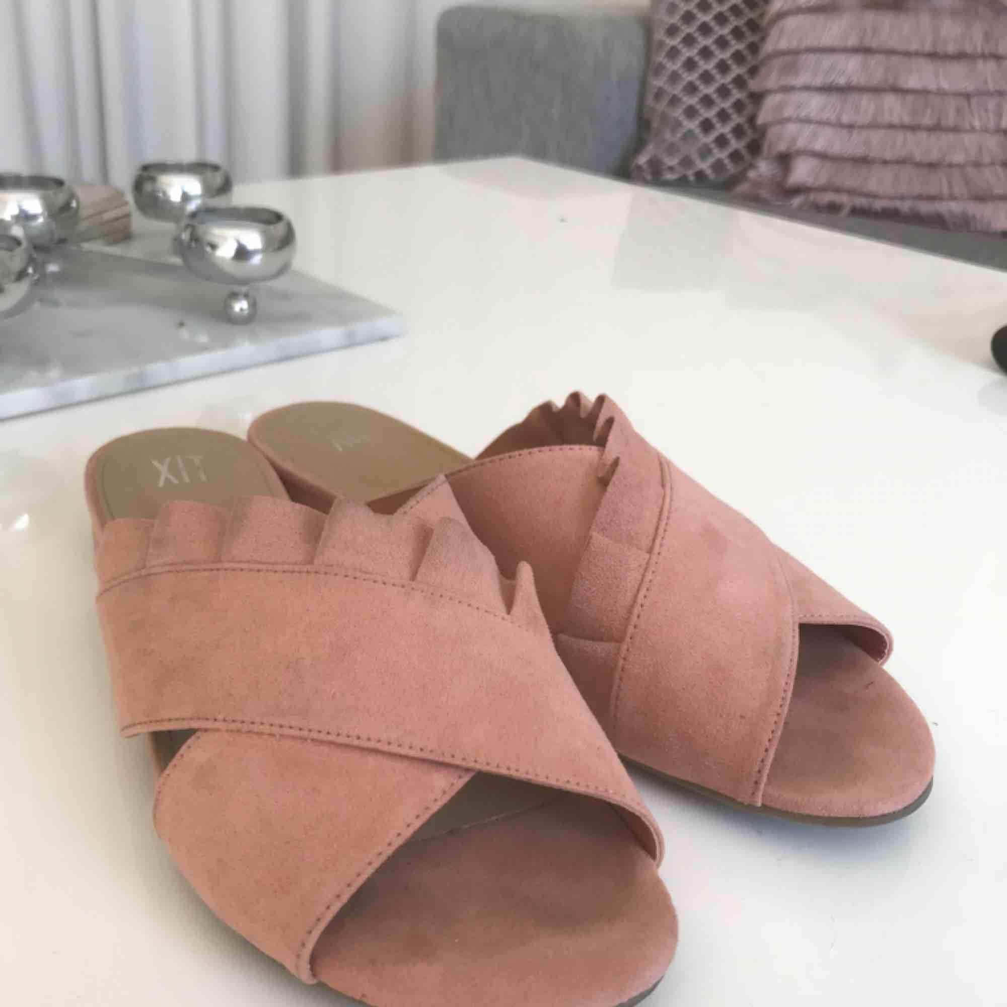 Nuderosa sandaletter med fin volang och liten klack i storlek 39. Köpt förra sommaren för 349kr.  Endast använda 2 gånger och säljes pga att dom inte blir använda.. Skor.