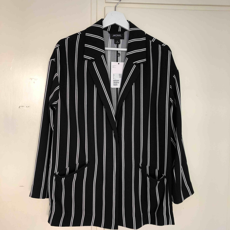 Säljer ett helt oanvänt kostymset ifrån Monki. Nypris 900kr. Frakt tillkommer.  Överdel storlek XS Byxor storlek S. Kostymer.