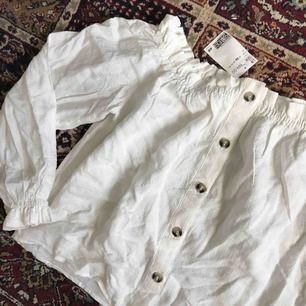 Snygg off-shoulder blus i vackert linne liknande material. Storlek S. Endast provad, prislappen sitter kvar, som ny 🌠
