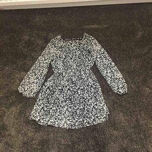 En blommig klänning! Köparen betalar frakten :) betalas med swish