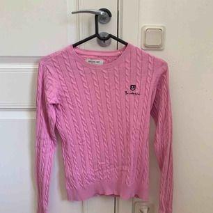 En rosa kabelstickad tröja från Bondelid storlek Small, säljer för 150kr, frakt står köparen för (ca 80kr) så det totala priset blir ca 230kr 💓