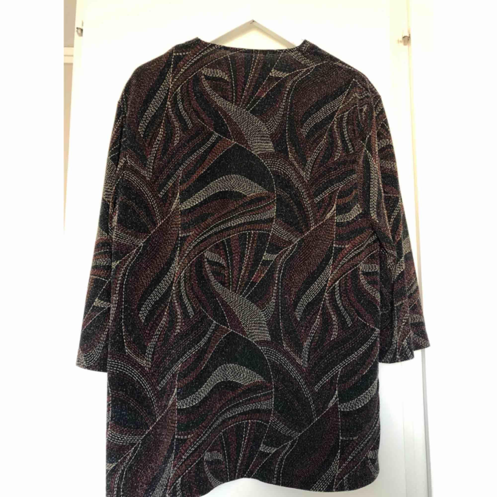 Jättefin lite glittrig kaftan från Beyond retro. Knappt använd. Uppskattas till en storlek medium. Frakt tillkommer ✨. Kostymer.