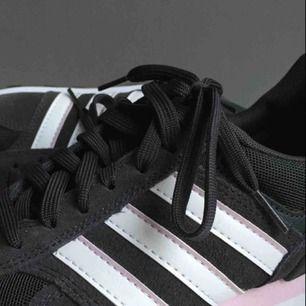 Super snygga skor från Adidas, sparsamt använda. Frakten går på 64kr