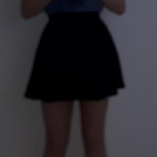 Kort kjol från H&M som har dragkedja där bak! Köpt för 149 kr och använd 1 gång ❤