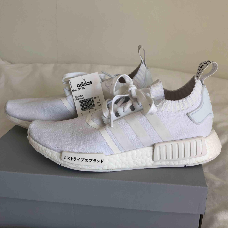helt nya & oanvända adidas NMD R1 japan boost triple white. köparen betalar för frakten! <3. Skor.