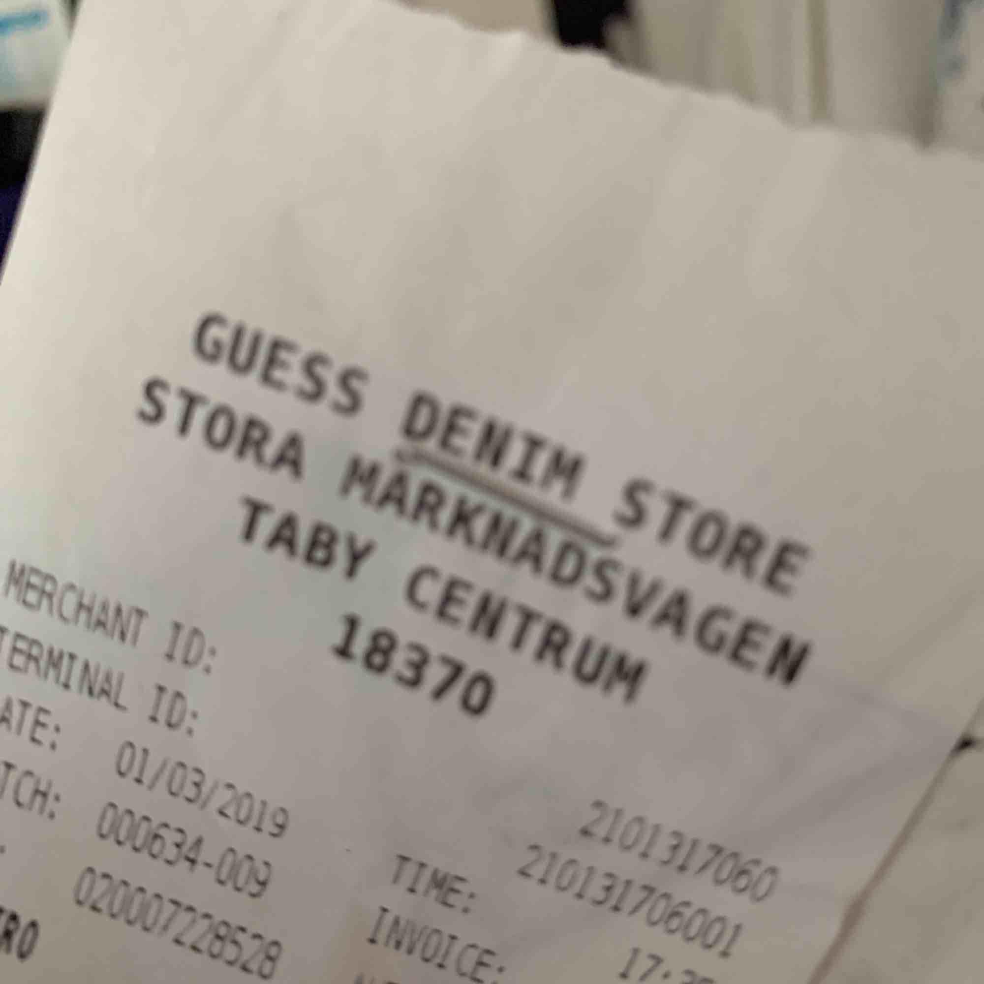 Säljer ett äkta guess skärp köpt i Täby centrum i guess butiken för 500kr. Accessoarer.
