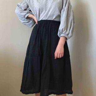 Jättefin svart mönstrad kjol från Gudrun Sjödén. nypris; 540kr. möts upp i sthlm eller norrköping. frakt (54kr) tillkommer!🌱