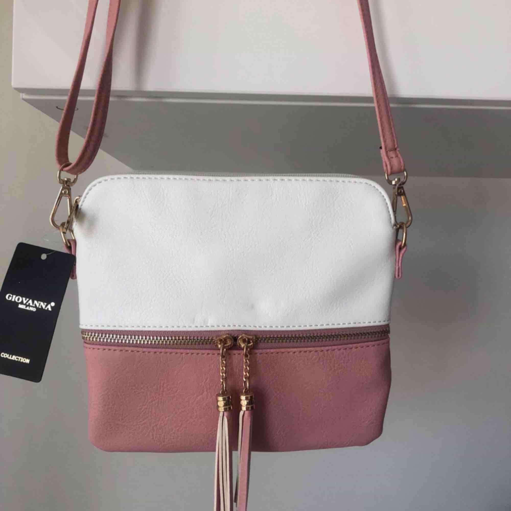 Ny väska som är oanvänd och plomberad Avtagbar axelrem som är reglerbar också. Köpt för 300kr och säljes för 200kr Jätte fin i skick!. Väskor.