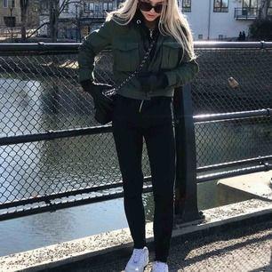 En populær jakke fra hm !! Det er en kortere model og er perfekt til forår / sommer