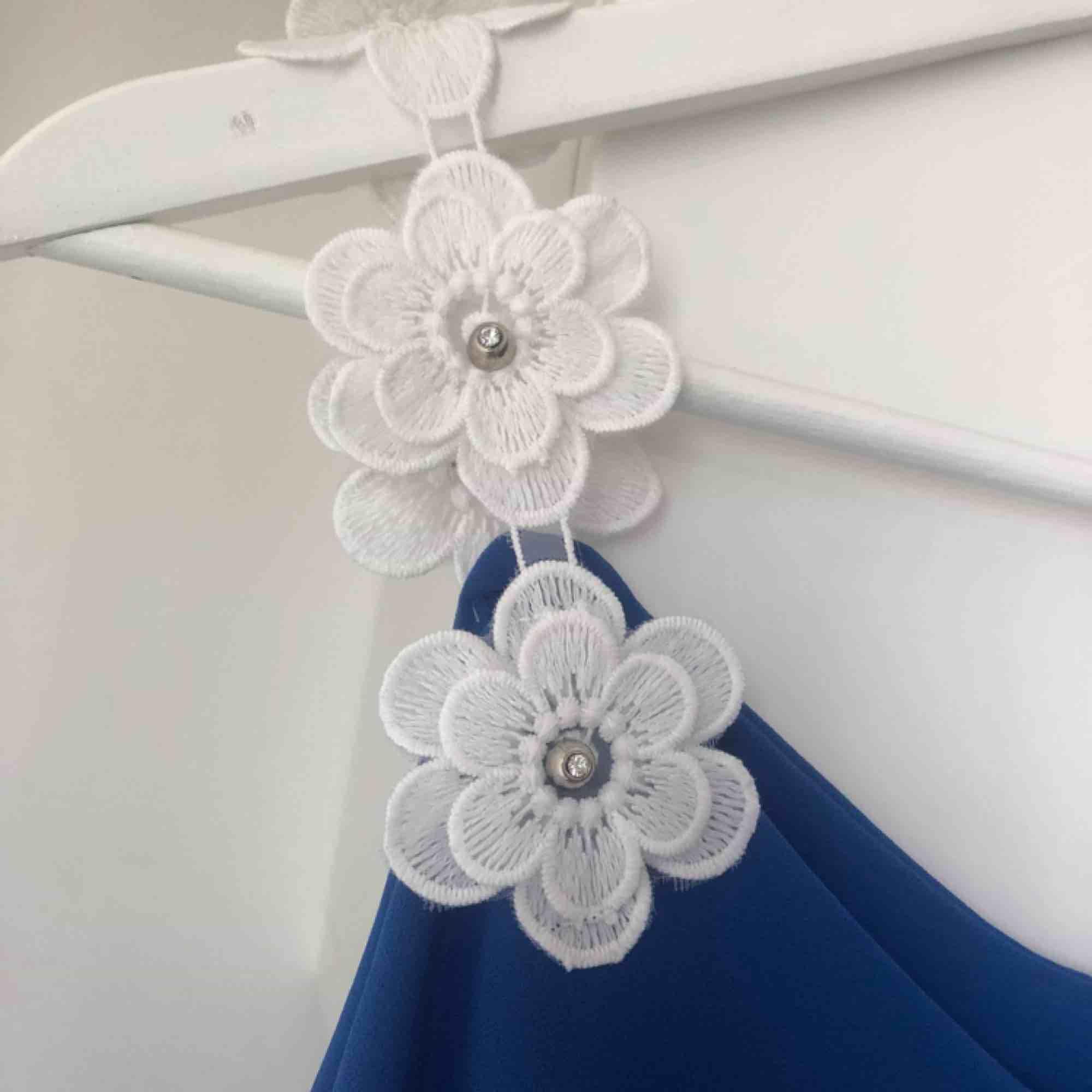 Super sött linne med blom detaljer vid axelbanden. Lös passform, därför passar den både xs,s och m. Aldrig använd! . Toppar.