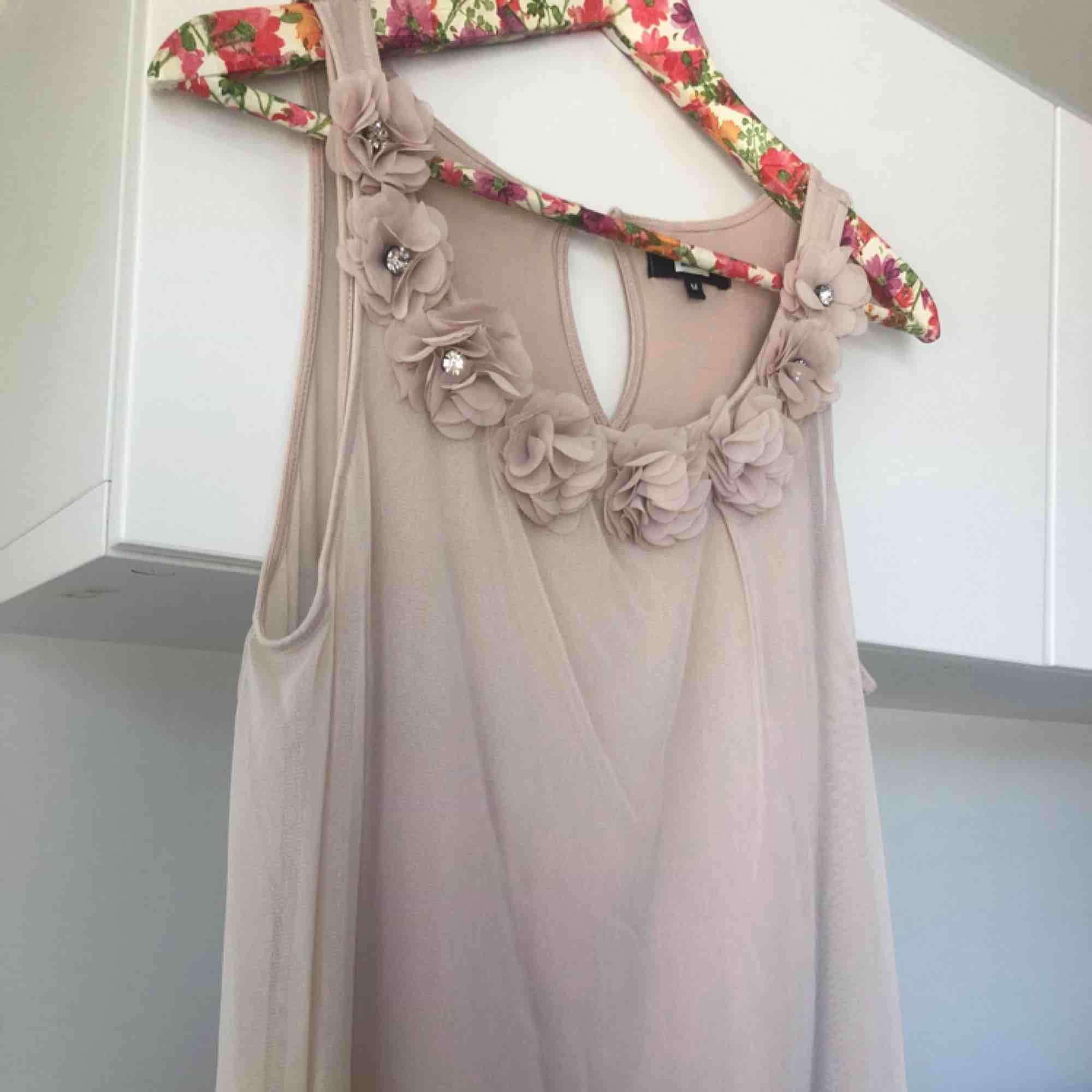 Jätte fint linne i tunt rosa löst tyg och ett linne innanför så man ej ser igenom. Fina detaljer vid axelbandet och urringningen. Lös i passformen så den passar både s och m. Använd fåtal gånger!. Toppar.