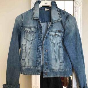 Snygg jeansjacka, köpt begagnat men i mycket bra skick. möts upp i stockholm eller frakt ingår i priset