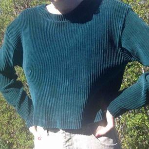 """En jättefin tröja från Weekday! Endast använt ett fåtal gånger och är lite kortare än en """"vanlig"""" tröja. Kan mötas upp i Malmö eller så står köparen för frakten."""