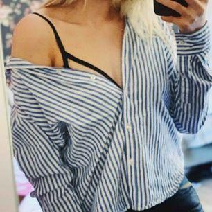 Blå- och vitrandig skjorta från ginatricot. Endast använd ett fåtal gånger så i mycket bra skick. Köparen står för frakt.