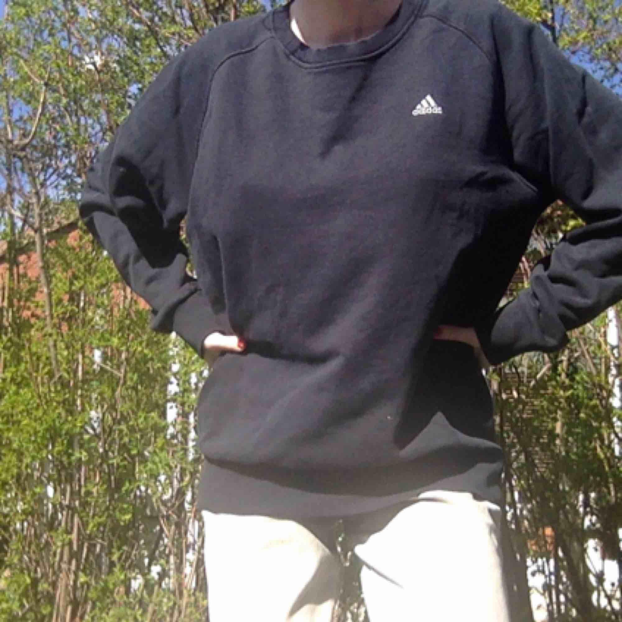 En skit cool tröja från adidas! Köpt second hand men i fint skick. Lite baggy i storleken. Kan mötas upp i Malmö annars står köparen för frakt.. Huvtröjor & Träningströjor.