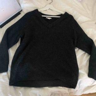 En mörkgrå stickad tröja från hm.  Köpt för 200kr Aldrig användt