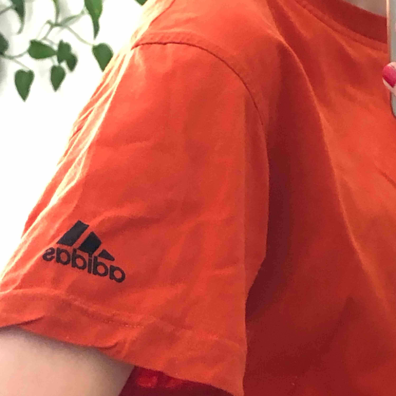 orange, retro adidas t-shirt! köparen står för frakten :). T-shirts.
