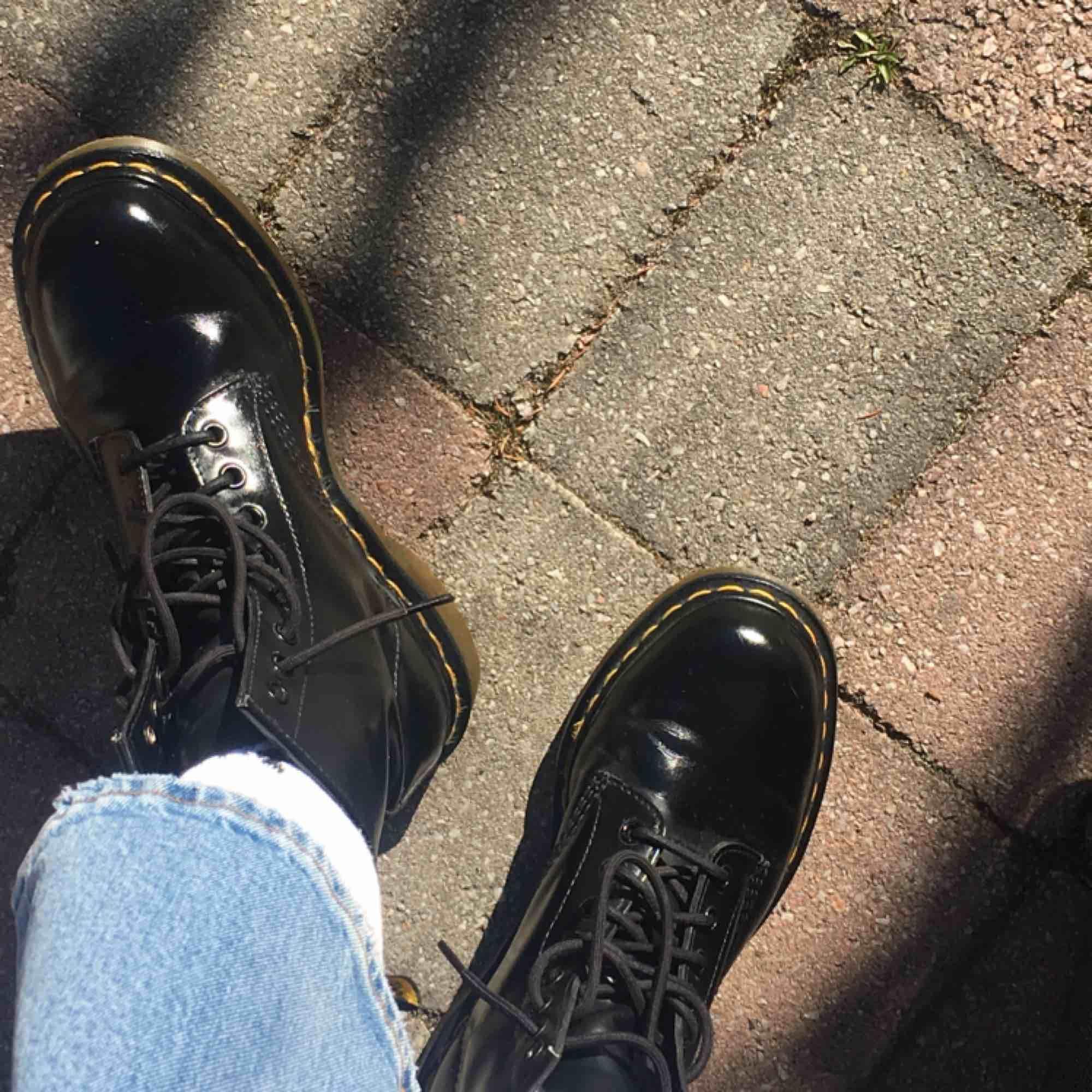 Säljer mina svarta Dr. Martens!✨✨ Skorna är i mycket fint skick och original kartongen + gula skosnören ingår. Skorna är köpta för 1100 men säljs för 600 + frakt. Det är inte äkta läder✨✨. Skor.