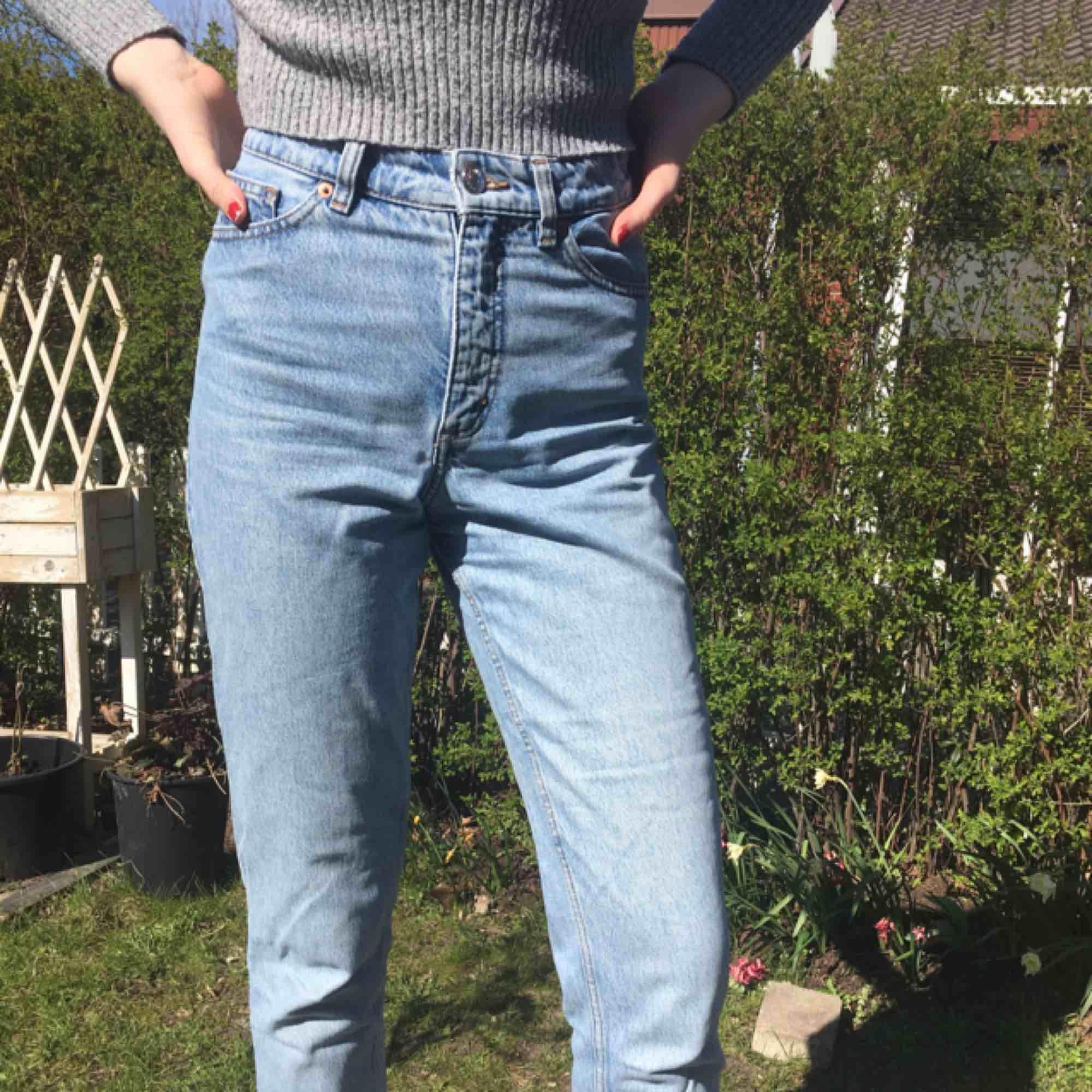 Skitsnygga jeans från Monki! Säljer pga för små. W25, highwaist. Kan mötas upp i Malmö annars står köparen för frakten.. Jeans & Byxor.