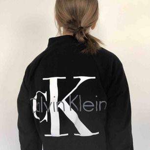 Tröja med zip-up och fickor från Calvin Klein, passar både S och M skulle jag säga. Fraktkostnad på 70kr tillkommer