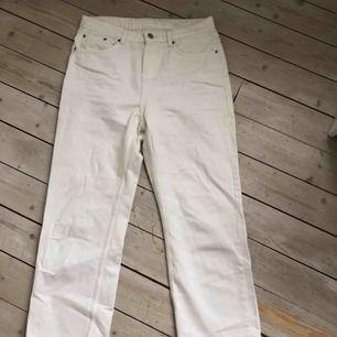 jeans från weekday (kort modell) -ordinarie pris: 500 -Bra skick och skönt material -betalningssätt: swish  -köparen står för eventuell frakt