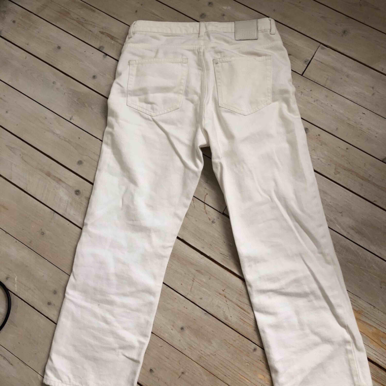 jeans från weekday (kort modell) -ordinarie pris: 500 -Bra skick och skönt material -betalningssätt: swish  -köparen står för eventuell frakt. Jeans & Byxor.