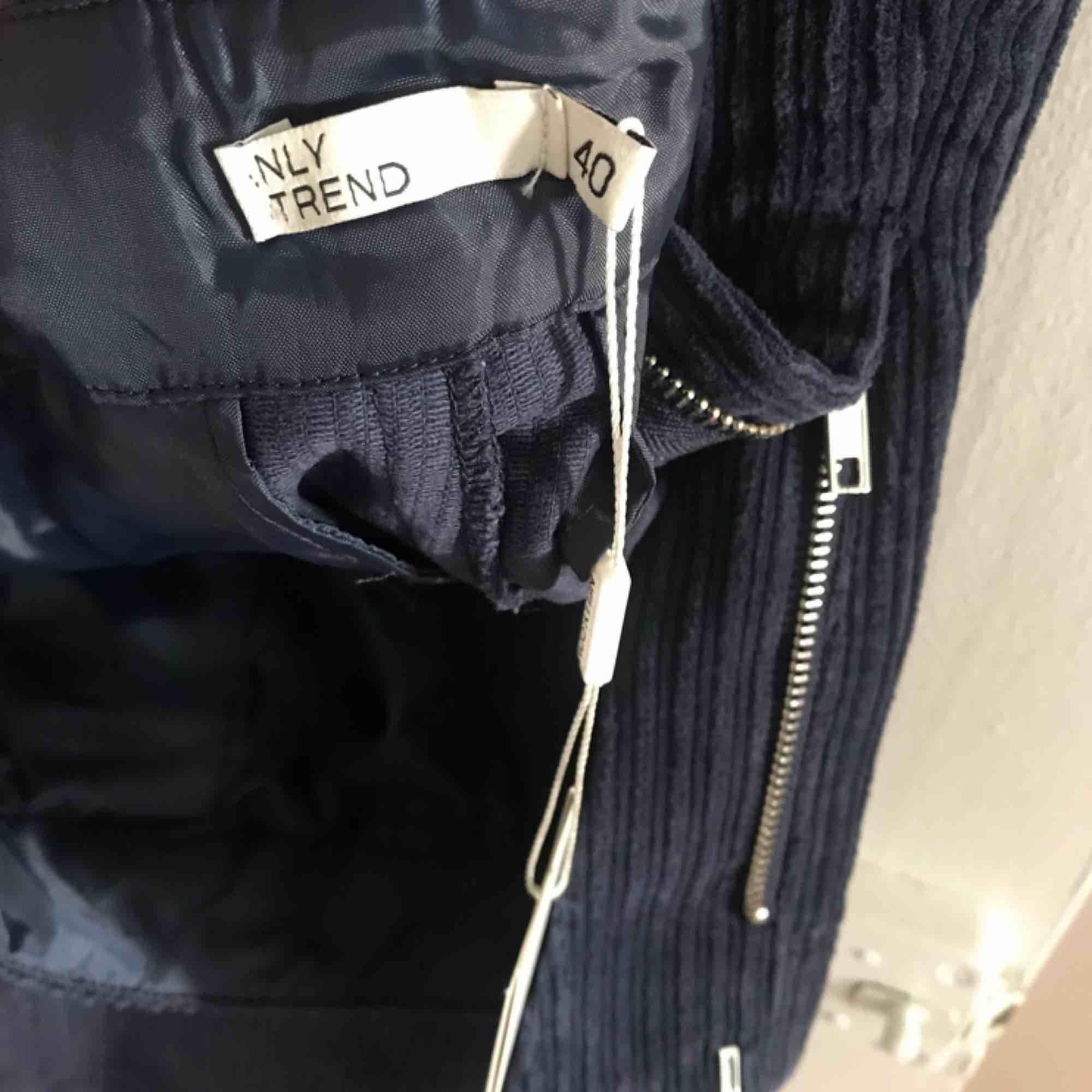 Säljer ett par mörkblå manchesterbyxor med vids ben. Säljes pga förköpt storlek. Byxorna är endast provade en gång och mitt hem är både djur-och rökfritt. 150 kr eller högst budande.. Jeans & Byxor.