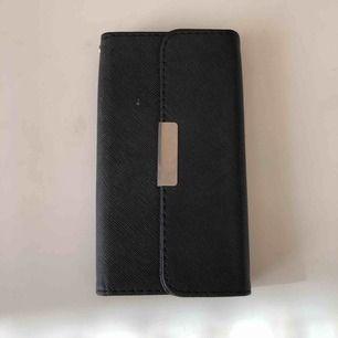 Ett svart iPhone skal som använts typ 2 ggr och som är i helt perfekt skick! Säljer för att jag inte vill ha d längre bara xD Frakten står inte i priset!!