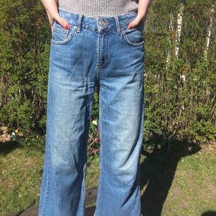 """Snygga jeans från Urban Outfitters! Vida längst ut, flowy. W28 och L32. Byxorna är designade med """"rivmärken"""" på fickan där bak. Kan mötas upp i Malmö, annars står köparen för frakten."""