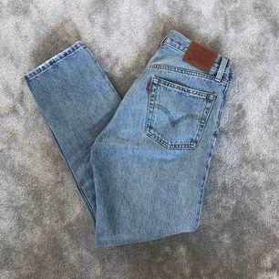 Säljer Levis jeans 501 pga passar inte mig. Använda några timmar! Storlek W26/L28. Köpte dom för 1100kr men säljer för 500kr